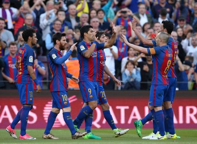 Soccer Football - Barcelona v Villarreal - Spanish La Liga Santander - Camp Nou stadium, Barcelona, Spain - 6/05/2017. Barcelona's players celebrate a goal. REUTERS/Albert Gea