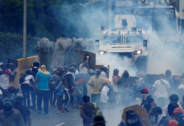 La marcha opositora fue reprimida en la Autopista Francisco Fajardo a la altura de El Rosal. REUTERS/Carlos Garcia Rawlins