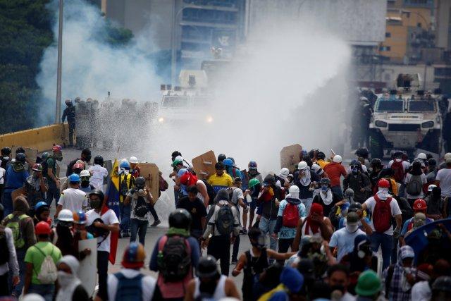La marcha opositora fue reprimida en la Autopista Francisco Fajardo a la altura de El Rosal. REUTERS/Carlos Garcia Rawlins TPX IMAGES OF THE DAY