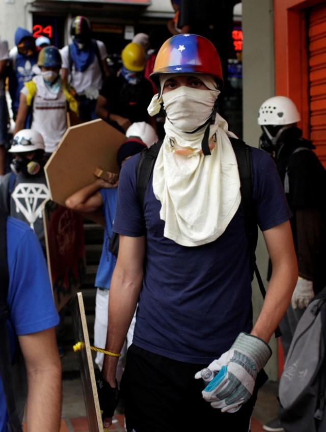 Escuderos en medio de brutal reprsión en Caracas, Venezuela, May 10, 2017. REUTERS/Marco Bello