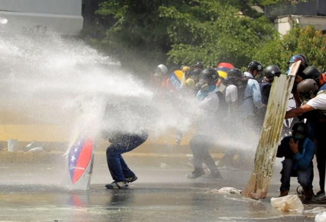 Escuderos en medio de brutal represión en Caracas, Venezuela, May 10, 2017 / Reuters