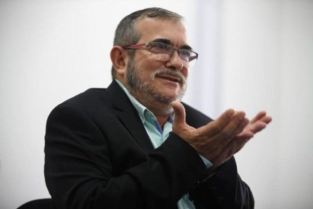 El líder de la guerrilla izquierdista FARC de Colombia Rodrigo Londoño, conocido como Timochenko, durante una conferencia de prensa en Bogotá, Colombia, 25 de noviembre de 2016. Los jefes de las dos principales guerrillas colombianas se reunieron el martes y el miércoles en La Habana, por primera vez desde que las FARC firmaron un acuerdo de paz con el Gobierno y el ELN abrió una negociación para acabar con décadas de conflicto armado. REUTERS/Jaime Saldarriaga - RTSTB2S
