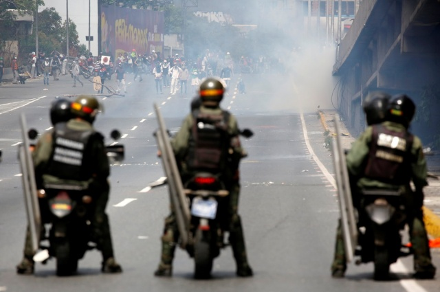 Opposition supporters clash with riot security forces during a protest against Venezuela's President Nicolas Maduro's government in Caracas, Venezuela, May 13, 2017. REUTERS/Carlos Garcia Rawlins