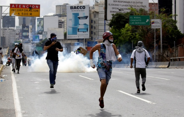 Opposition supporters clash with riot security forces during a protest against Venezuela's President Nicolas Maduro's government in Caracas, Venezuela, May 13, 2017. REUTERS/Marco Bello