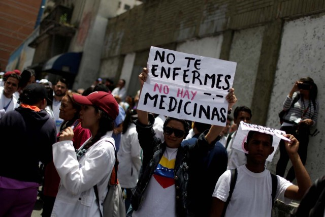 Médicos protestan en Caracas por la escasez de medicamentos e insumos REUTERS/Marco Bello