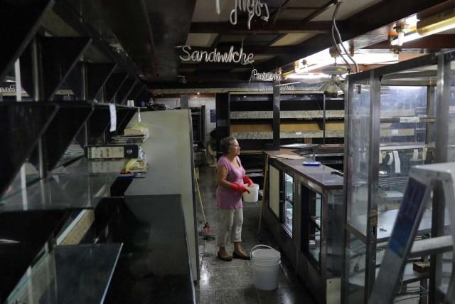 Una mujer parada dentro de una panadería que fue saqueada en medio de las protestas en contra del presidente venezolano Nicolás Maduro en la ciudad de Los Teques, cerca de Caracas, Venezuela, 19 de mayo de 2017. REUTERS/Carlos Barria