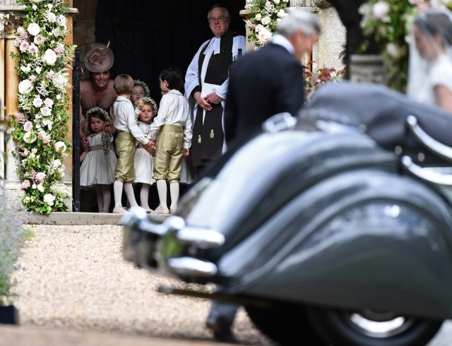 Britain's Catherine, Duchess of Cambridge (L), stands with her daughter Princess Charlotte, (BOTTOM L), as they arrive for the wedding of Pippa Middleton and James Matthews at St Mark's Church in Englefield, west of London, on May 20, 2017. REUTERS/Justin Tallis/Pool