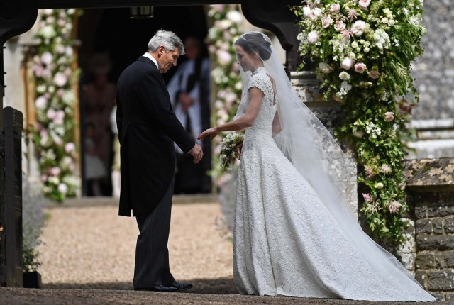 Pippa Middleton, the sister of Britain's Catherine, Duchess of Cambridge, arrives with her father Michael Middleton for her wedding to James Matthews at St Mark's Church in Englefield, west of London, on May 20, 2017. REUTERS/Justin Tallis/Pool