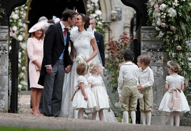 Pippa Middleton and James Matthews kiss after their wedding at St Mark's Church in Englefield, Britain May 20, 2017. Pippa Middleton is the sister of Catherine, Duchess of Cambridge.  REUTERS/Kirsty Wigglesworth/Pool
