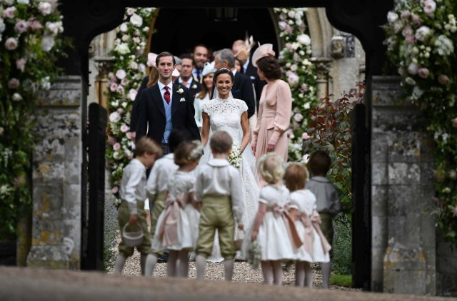 Pippa Middleton poses for a photograph with her new husband James Matthews, following their wedding ceremony at St Mark's Church in Englefield, Britain on May 20, 2017.    REUTERS/Justin Tallis/Pool