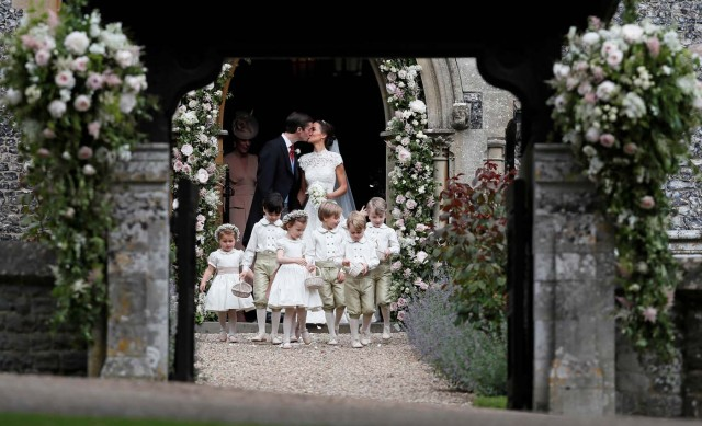 Pippa Middleton and James Matthews kiss after their wedding at St Mark's Church in Englefield, west of London, on May 20, 2017. REUTERS/Kirsty Wigglesworth/Pool