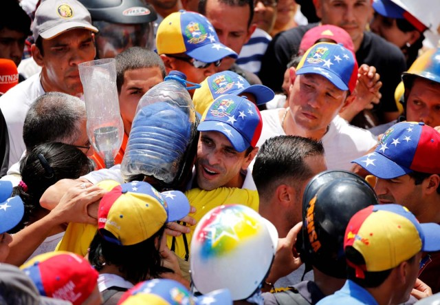 Venezuelan opposition leader and Governor of Miranda state Henrique Capriles (C) is saluted by supporters while rallying against President Nicolas Maduro in Caracas, Venezuela, May 20, 2017. REUTERS/Carlos Garcia Rawlins