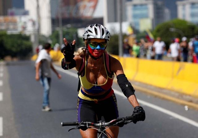 An opposition supporter rallies against President Nicolas Maduro in Caracas, Venezuela, May 20, 2017. REUTERS/Carlos Garcia Rawlins