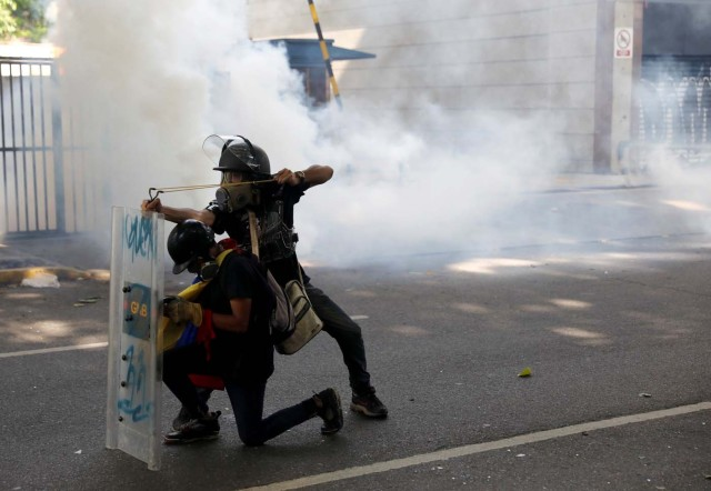 Opposition supporters clash with riot security forces while rallying against President Nicolas Maduro in Caracas, Venezuela, May 20, 2017. REUTERS/Carlos Garcia Rawlins TPX IMAGES OF THE DAY