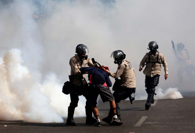 Riot security forces grab an opposition supporter while clashing with opposition supporters rallying against President Nicolas Maduro in Caracas, Venezuela, May 20, 2017. REUTERS/Carlos Garcia Rawlins