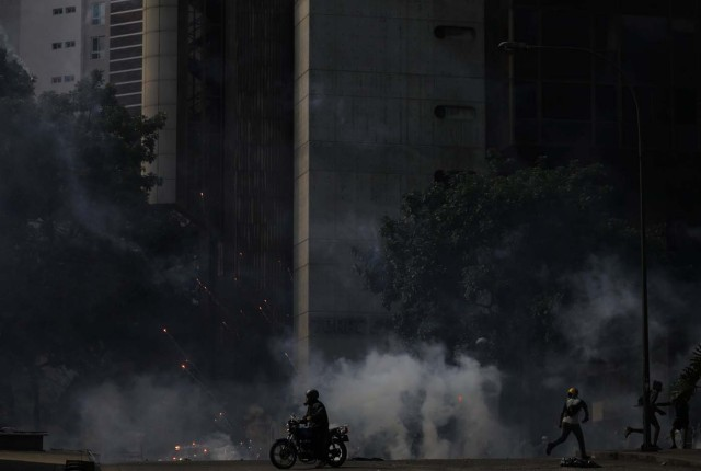 Opposition supporters clash with security forces during a rally against Venezuela's President Nicolas Maduro in Caracas, Venezuela May 20, 2017. REUTERS/Carlos Barria