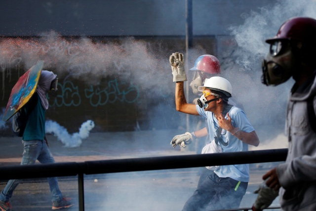 Opposition supporters clash with security forces during a rally against Venezuela's President Nicolas Maduro in Caracas, Venezuela May 20, 2017. REUTERS/Carlos Garcia Rawlins