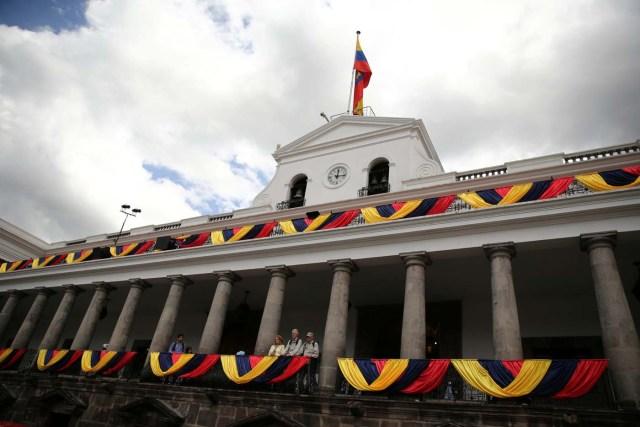 People visit the government palace ahead of Ecuadorean president Lenin Moreno's inauguration in Quito, Ecuador, May 23, 2017. REUTERS/Mariana Bazo