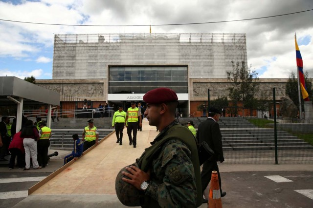 Police and soldiers guard the entry of the National Assembly ahead of Ecuadorean President Lenin Moreno's inauguration in Quito, Ecuador, May 23, 2017. REUTERS/Mariana Bazo
