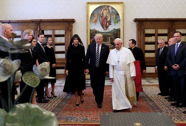 Pope Francis meets U.S. President Donald Trump and his wife Melania during a private audience at the Vatican, May 24, 2017. REUTERS/Alessandra Tarantino/pool