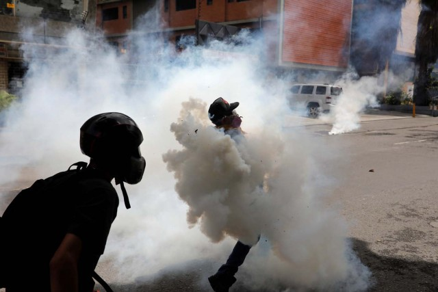 Demonstrators clash with riot security forces while rallying against President Nicolas Maduro in Caracas, Venezuela, May 24, 2017. REUTERS/Carlos Garcia Rawlins