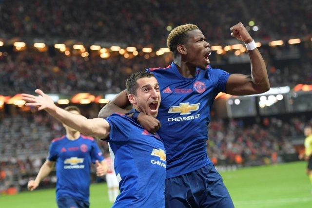 Henrikh Mkhitaryan (izq) celebra con su compañero del Manchester United, Paul Pogba, trás anotar un gol (Foto: Reuters)