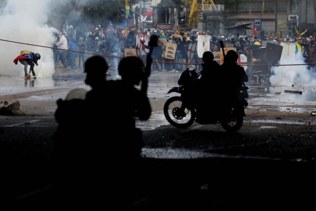 Demonstrators clash with riot security forces while rallying against President Nicolas Maduro in Caracas, Venezuela, May 27, 2017. REUTERS/Carlos Garcia Rawlins