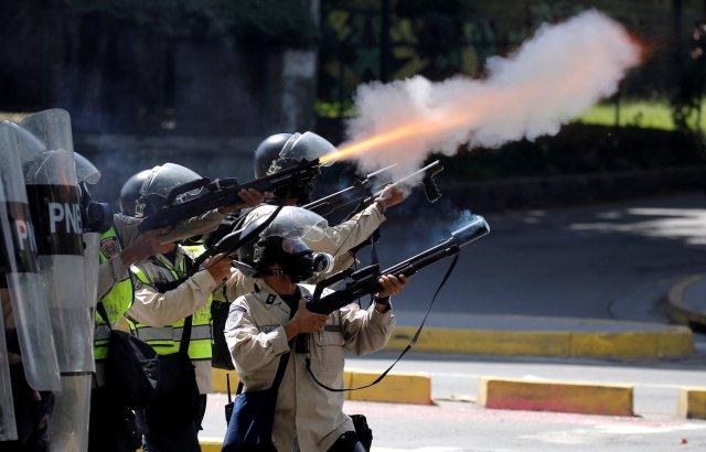 Bombas, bombas y más bombas lacrimógenas lanzaron los cuerpos de seguridad contra los estudiantes. REUTERS/Carlos Barria