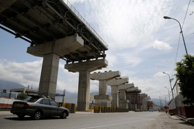 Commuters drive past a construction site by Odebrecht of the Caracas - Guatire metro rail project in Guatire, Venezuela March 28, 2017. Picture taken March 28, 2017. REUTERS/Marco Bello