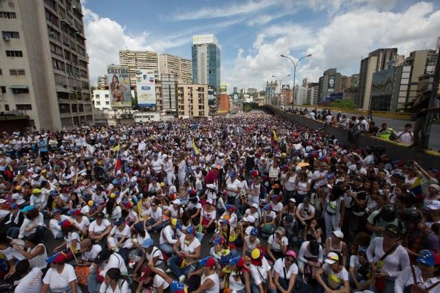 """VEN001. CARACAS (VENEZUELA), 06/05/2017.- Venezolanas opositoras participan en una manifestación hoy, sábado 6 de mayo del 2017 en la ciudad de Caracas (Venezuela). Miles de mujeres venezolanas, opositoras al Gobierno de Nicolás Maduro, marchan en Caracas y en varias ciudades del interior """"contra la represión"""" que, denuncian, han ejercido los cuerpos de seguridad del Estado durante la ola de protestas que se inició el pasado 1 de abril en la nación caribeña. EFE/MIGUEL GUTIÉRREZ"""