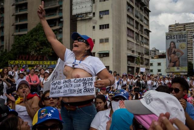 EFE/Mujer manifestando en Caracas en contra del régimen de Nicolás Maduro