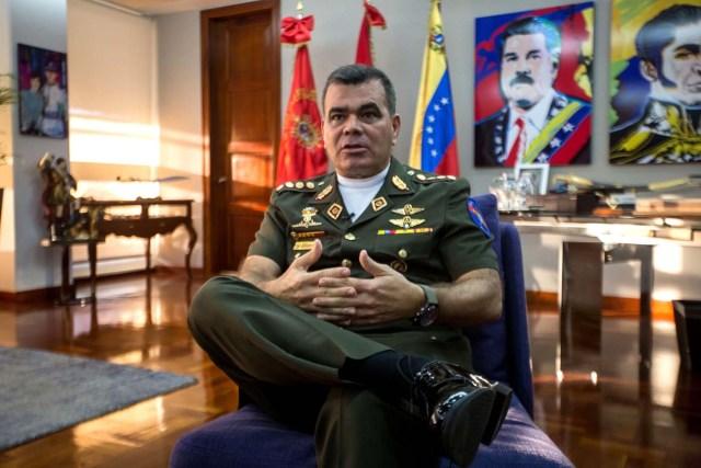 VEN002. CARACAS (VENEZUELA), 07/05/2017 - Fotografía del 5 de mayo de 2017, del ministro de defensa de Venezuela, General Vladimir Padrino López, durante una entrevista con Efe, en Caracas (Venezuela). Padrino, aseguró que la Fuerza Armada Nacional Bolivariana (FANB) está del lado de un proceso constituyente de acuerdo con los principios que establece la Constitución de ese país, por voto universal, directo, secreto y libre. EFE/MIGUEL GUTIÉRREZ