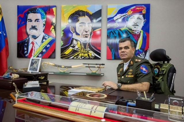 VEN004. CARACAS (VENEZUELA), 07/05/2017 - Fotografía del 5 de mayo de 2017, del ministro de defensa de Venezuela, General Vladimir Padrino López, durante una entrevista con Efe, en Caracas (Venezuela). Padrino, aseguró que la Fuerza Armada Nacional Bolivariana (FANB) está del lado de un proceso constituyente de acuerdo con los principios que establece la Constitución de ese país, por voto universal, directo, secreto y libre. EFE/MIGUEL GUTIÉRREZ