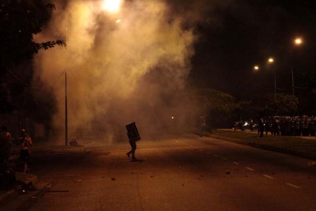 CAR001. BARQUISIMETO (VENEZUELA), 15/05/2017.- Un grupo de manifestantes participa en una protesta contra el Gobierno Nacional hoy, lunes 15 de mayo de 2017, en la ciudad de Barquisimeto (Venezuela). EFE/PASQUALE GIORGIO