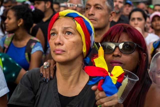 Desafiando la roja oscuridad, Venezuela se manifiesta en honor a los caídos en protestas Foto: EFE