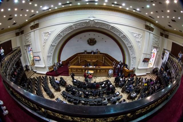 """CAR05. CARACAS (VENEZUELA), 23/05/2017 - Fotografía tomada con lente """"ojo de pez"""" muestra una vista general de una sesión del Parlamento de Venezuela durante una sesión hoy, martes 23 de mayo de 2017, en Caracas (Venezuela). El Parlamento de Venezuela, controlado por la oposición, aprobó """"desconocer"""" las bases de la convocatoria a la Asamblea Constituyente anunciadas hoy por el presidente Nicolás Maduro y convocar a un referendo sobre la pertinencia de ese mecanismo. EFE/MIGUEL GUTIÉRREZ"""