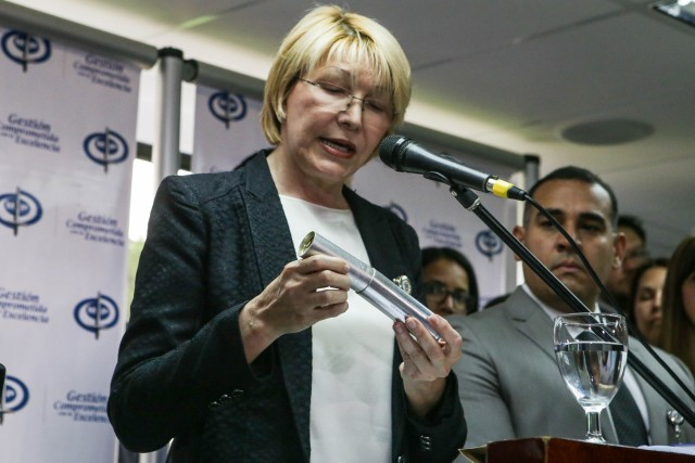 La fiscal general, Luisa Ortega Díaz, sostiene un cartucho de bomba lacrimógena (Foto: EFE)