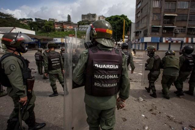 VEN034. CARACAS (VENEZUELA), 24/05/2017-. Miembros de la Guardia Nacional Bolivariana hoy, miércoles 24 de mayo de 2017, durante una protesta contra el Gobierno en Caracas (Venezuela). Dirigentes de la oposición venezolana denunciaron hoy que la Guardia Nacional Bolivariana (GNB, policía militarizada) lanzó gases lacrimógenos y chorros de agua contra la marcha convocada en la capital en rechazo a la Constituyente que propone el presidente Nicolás Maduro. EFE/MIGUEL GUTIERREZ