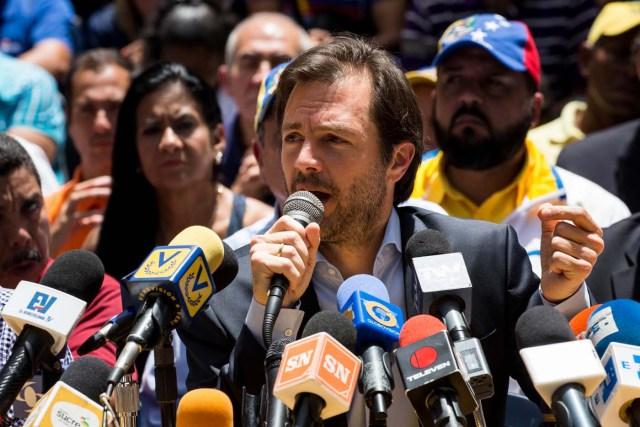 CAR11. CARACAS (VENEZUELA), 24/05/2017.- El alcalde del municipio Chacao Ramón Muchacho, participa en una conferencia de prensa hoy, jueves 25 de mayo de 2017, en Caracas (Venezuela). Ocho alcaldes de la oposición venezolana anunciaron hoy que seguirán permitiendo las protestas pacíficas en sus municipios, pese a que el Tribunal Supremo les ordenó evitar bloqueos de vías en medio de las marchas que se registran desde hace casi dos meses en el país. EFE/MIGUEL GUTIÉRREZ