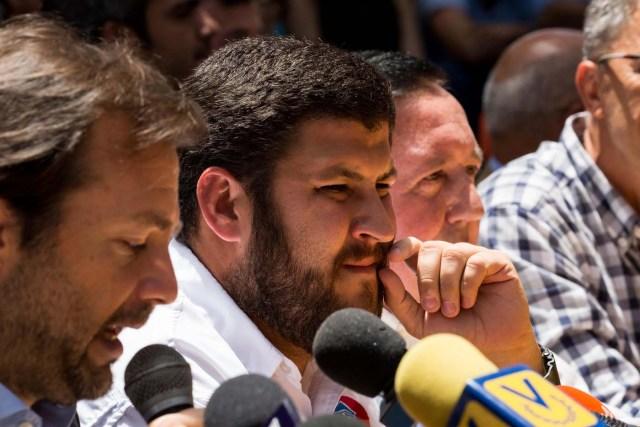 CAR14. CARACAS (VENEZUELA), 24/05/2017.- El alcalde del municipio El Hatillo de Caracas David Smolansky (c), participa en una conferencia de prensa hoy, jueves 25 de mayo de 2017, en Caracas (Venezuela). Ocho alcaldes de la oposición venezolana anunciaron hoy que seguirán permitiendo las protestas pacíficas en sus municipios, pese a que el Tribunal Supremo les ordenó evitar bloqueos de vías en medio de las marchas que se registran desde hace casi dos meses en el país. EFE/MIGUEL GUTIÉRREZ