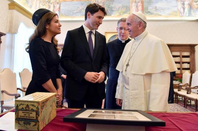 El papa Francisco (d) recibe en audiencia al primer ministro de Canadá, Justin Trudeau (c), y a su mujer, Sophie Gregorie Trudeau (i), en el Vaticano hoy, 29 de mayo de 2017. EFE/Ettore Ferrari