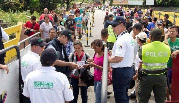 Funcionarios de Migración Colombia chequean el porte de la Tarjeta de Migración y la respectiva cédula a ciudadanos venezolanos que quieren cruzar la frontera. (Foto/José Gregorio Hernández)