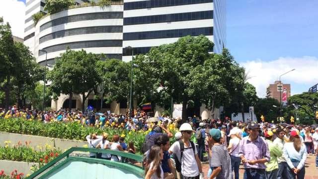 Oposición se concentra en la plaza Altamira para marchar hasta el ministerio de Interiores, Justicia y Paz / Foto: Gabriela Gómez - La Patilla