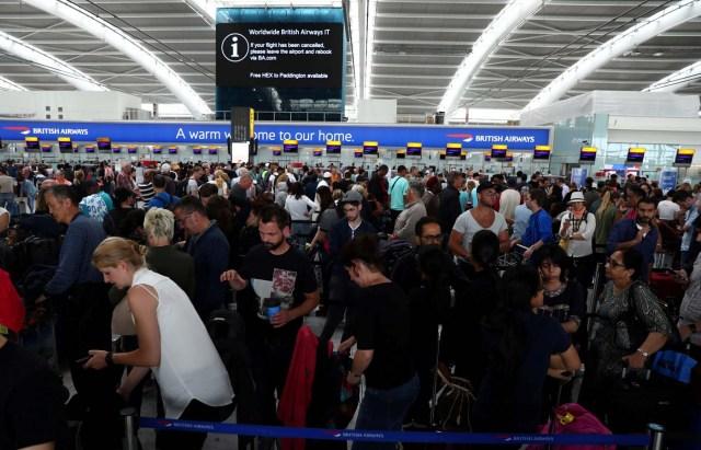 Las personas esperan su equipaje en una de las mesas de atención en el aeropuerto de Heathrow en Londres, Inglaterra. 28 de mayo 2017. El aeropuerto londinense de Heathrow dijo la madrugada del lunes que todavía se producirán algunas interrupciones en los vuelos de British Airways tras un fallo en el sistema informático global en la aerolínea. REUTERS/Neil Hall