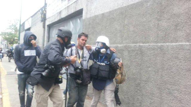 Fotógrafo Juan Carlos Neira fue herido en la cabeza este #3May. Foto: @ElpitazoTV