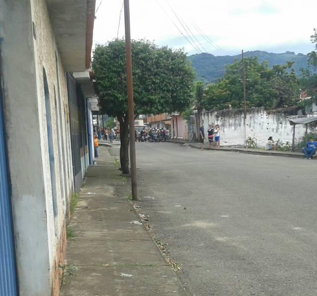 Grupos paramilitares armados atacaron a manifestantes que rechazaban los asesinatos de este lunes. Foto: @Restauradora31