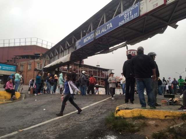 @Angelicaive / Manifestantes trancan la vía de Montaña Alta