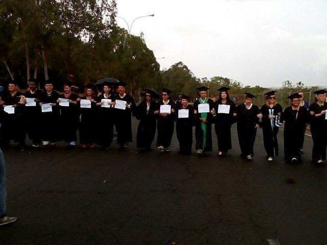 @Watcher_Ven / Profesores en Guayana marchando