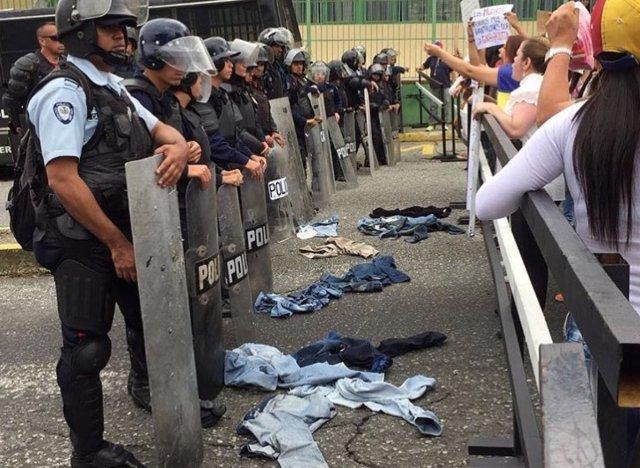 Gochas restadas se quitaron los pantalones y se los lanzaron a Polimérida y la GN. Foto: @CarlosSouquet