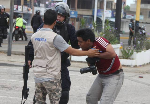 Momento en que Iván Ocando, fotógrafo de @VersionFinal,fue agredido por PoliZulia en la avenida Delicias de Maracaibo #11May #Zulia. Foto: @Sntpvenezuela